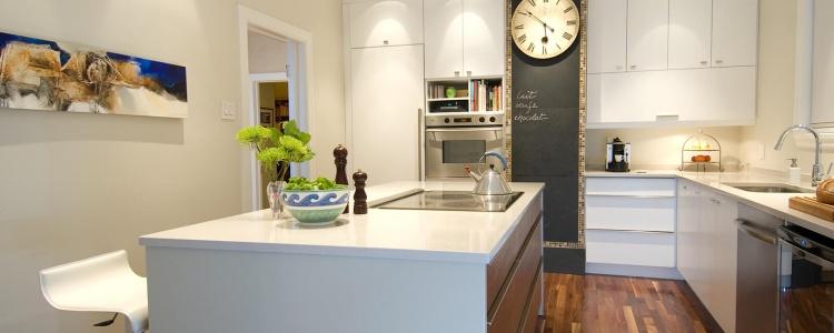 aménagement cuisine comptoir et rangement