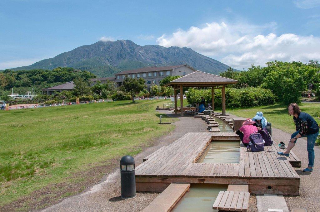Sources d'eau chaude: Bain de pieds au Mont Sakurajimi sur l'Île de Kyushu au Japon