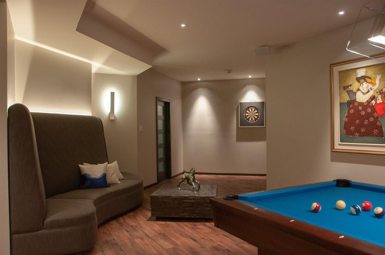 Aménagement d'un sous-sol avec espace jeux et design de mobilier ur mesure