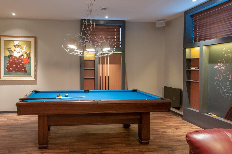 Espace jeux moderne intégré dans le design d'intérieur pour sous-sol