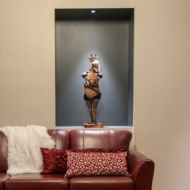 Niche avec sculpture intégrée au mur du salon