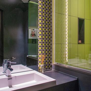Design d'intérieur pour salle de bain avec dosseret en céramique