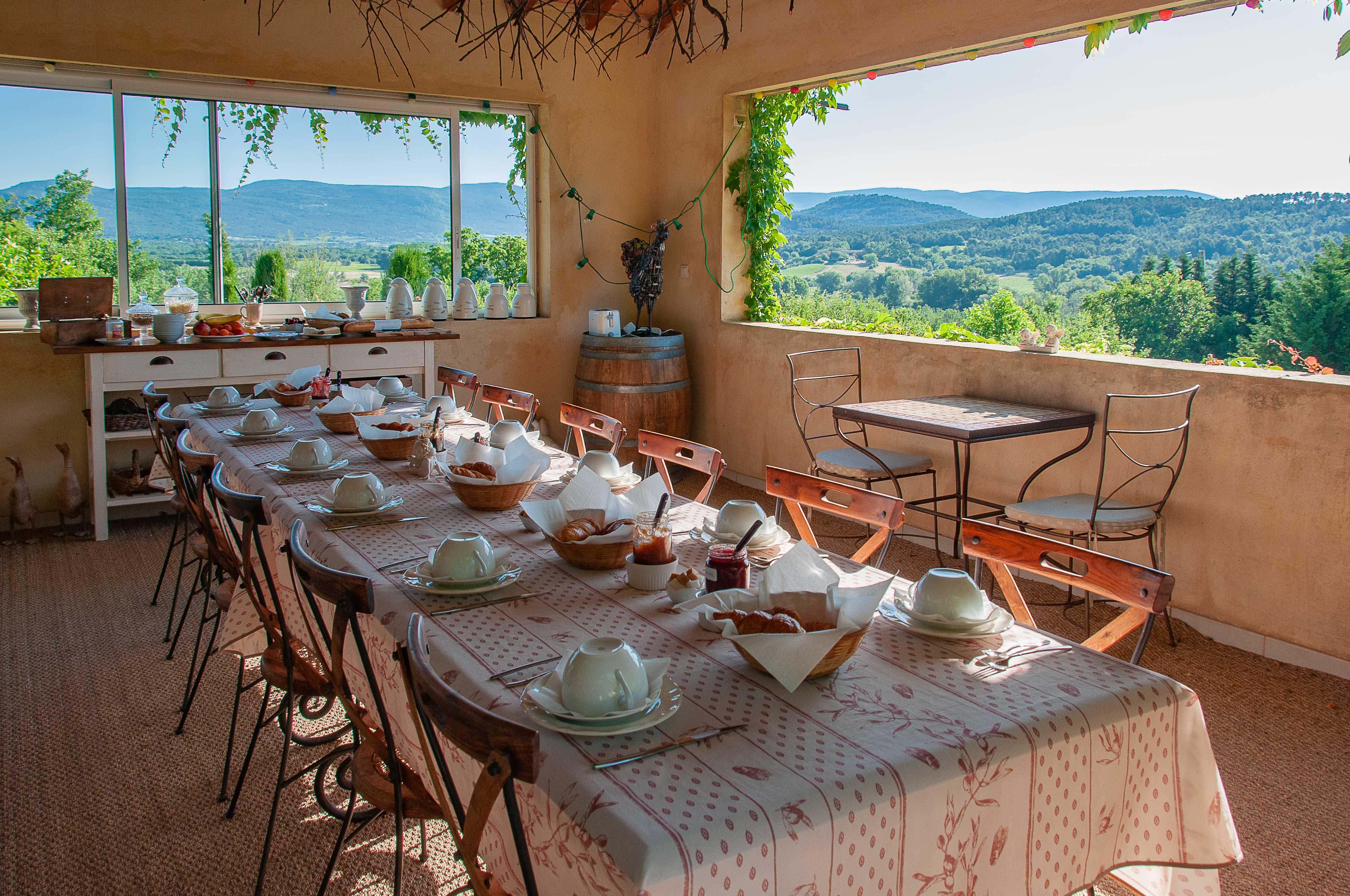 petit déjeuner avec une vue imprenable sur le Luberon