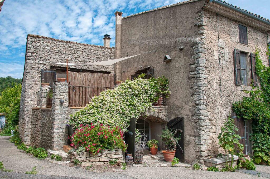 Une maison typique avec du chèvrefeuille