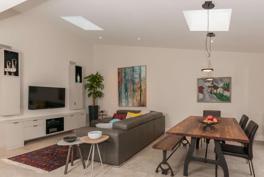 Confort chez soi : la salle de séjour, un cadre agréable pour manger et regarder les téléséries